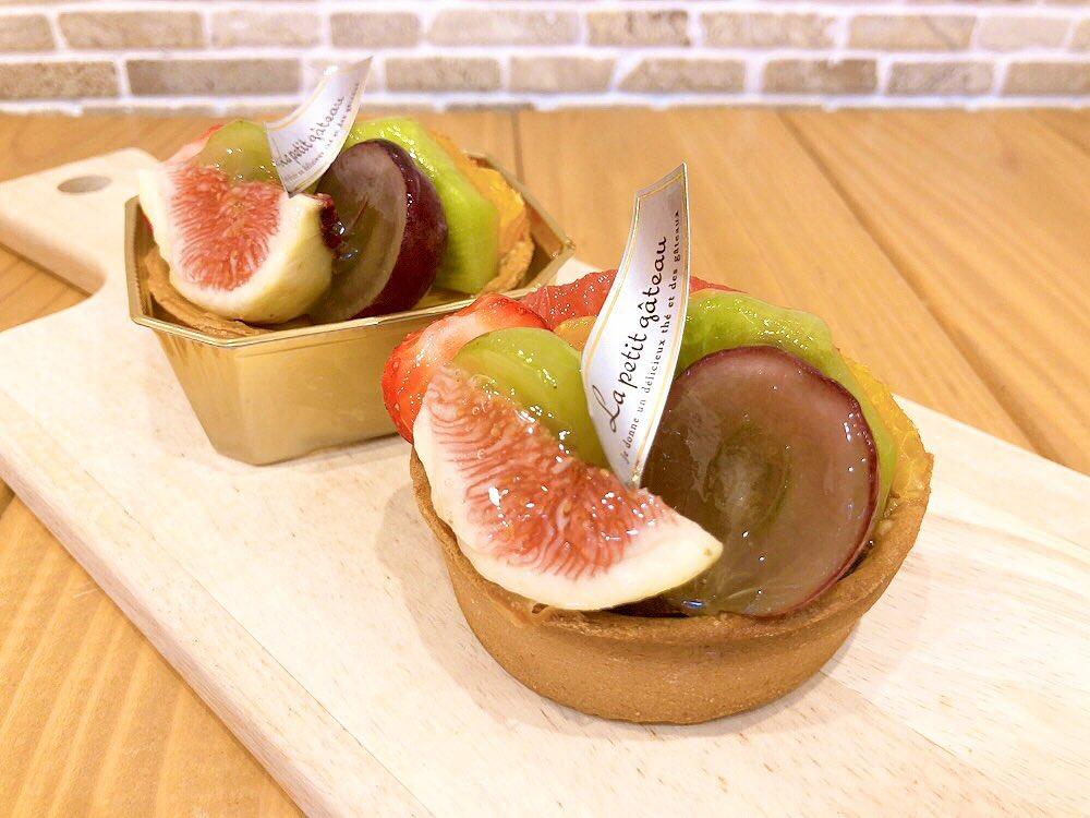 本日から、新しくチーズタルト🧀出ています♬ なめらかに焼き上げたベイクドチーズタルトに季節のフルーツを盛り付けて華やかに仕上げました 今旬の美味しいフルーツが盛り沢山の贅沢な一品是非お楽しみください